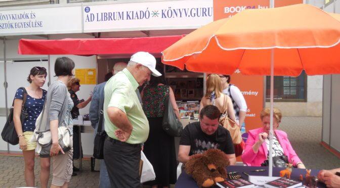 Villax Richárd dedikál az Ad Librum standjánál a 2016-os Ünnepi Könyvhéten