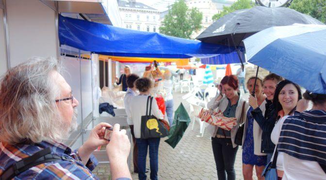 Mester Györgyi dedikálás az esőben a 2016-os könyvhéten