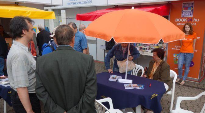 Wanderer János dedikálása az Ad Librum standján a 2016-os Ünnepi Könyvhéten
